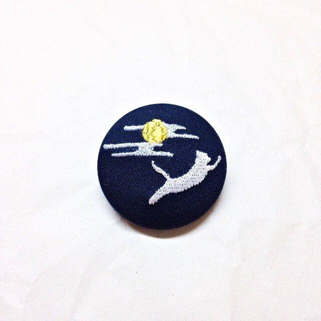 刺繍ボタンブローチ 「白猫、月夜を駆ける」の画像1枚目