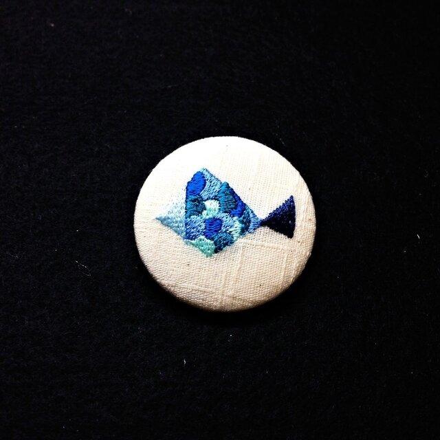 刺繍ボタンブローチ 「サカナ」の画像1枚目