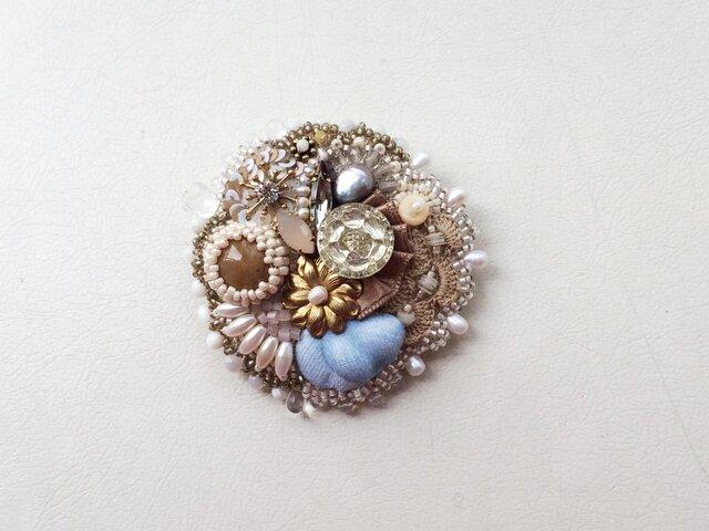 ビーズ刺繍のブローチ アサツユの画像1枚目