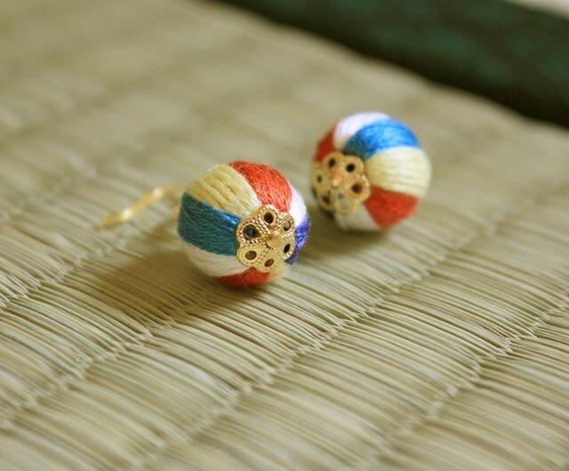 刺繍糸で作った紙風船のピアス イヤリングにも変更可の画像1枚目