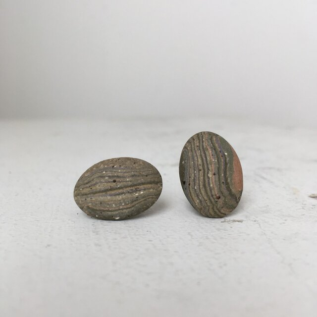 陶器イヤリング 石Nの画像1枚目
