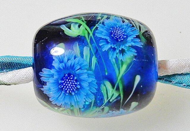 とんぼ玉絹ひもネックレス ブルーのヤグルマギクの画像1枚目