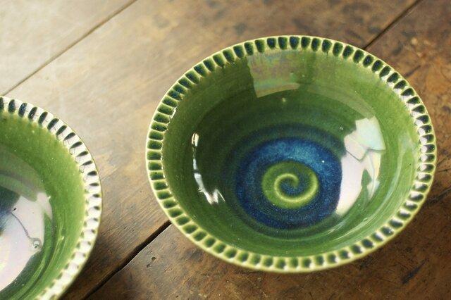 緑釉の深皿(リム/鎬/6寸)の画像1枚目
