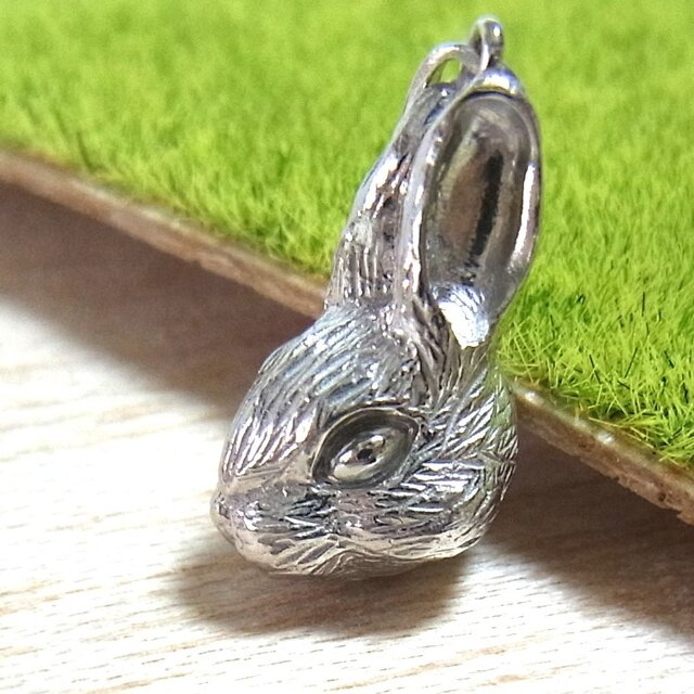 【受注生産】ウサギのペンダントトップ(SV925 ロジウムメッキ)の画像1枚目