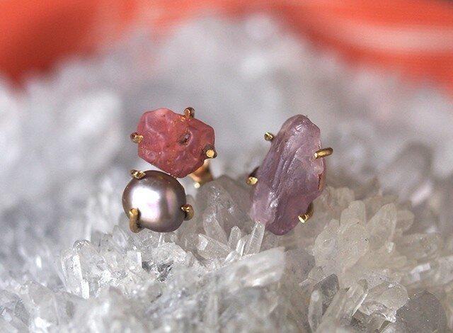 原石のピンクスピネルとグレーパールのピアスの画像1枚目