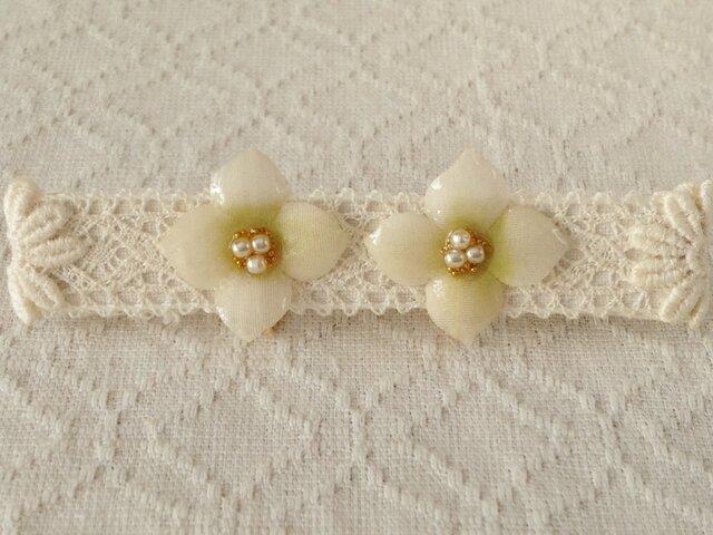 染め花を樹脂加工した紫陽花イヤリング(S・オフホワイト&黄緑)の画像1枚目