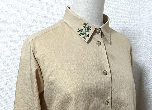 襟に花刺繍のロングブラウスの画像1枚目