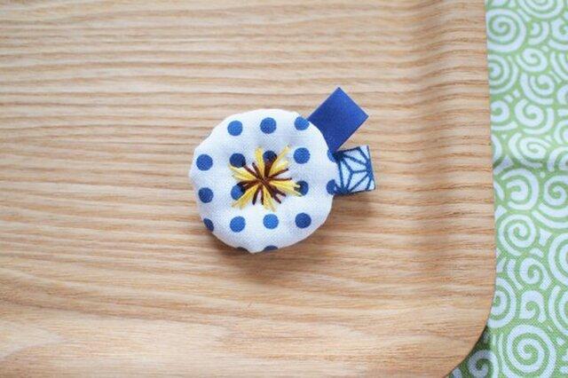 青い豆絞り・小さなお花ブローチの画像1枚目