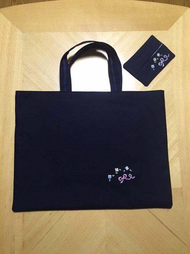 クロスステッチ刺繍*お花とリボン★(ティッシュケースつき)紺色レッスンバッグの画像1枚目