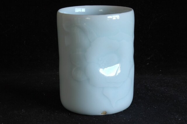 1、青白磁椿彫文湯呑(木箱付き)の画像1枚目