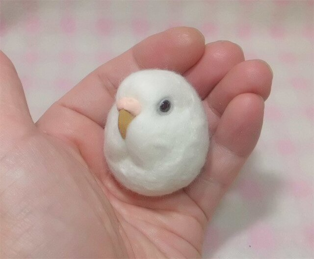 ☆選べる2タイプ☆ コロコロ♪ 羊毛の小鳥  セキセイインコ アルビノ(濃い赤目)☆選べる鼻の色の画像1枚目