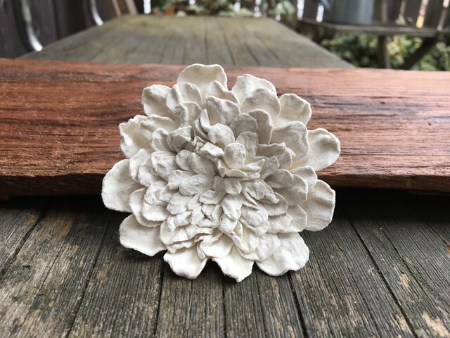 革花のブローチピン 2Lサイズ 白の画像1枚目