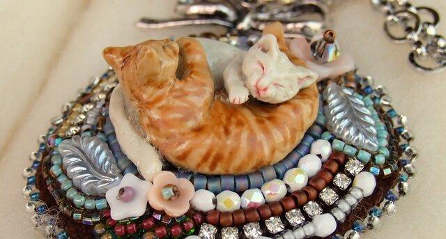 陰陽猫ビーズ刺繍チャーム白茶の画像1枚目