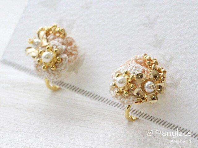 2枚花かさねメタフルラワーのイヤリング(白・ベージュ)の画像1枚目