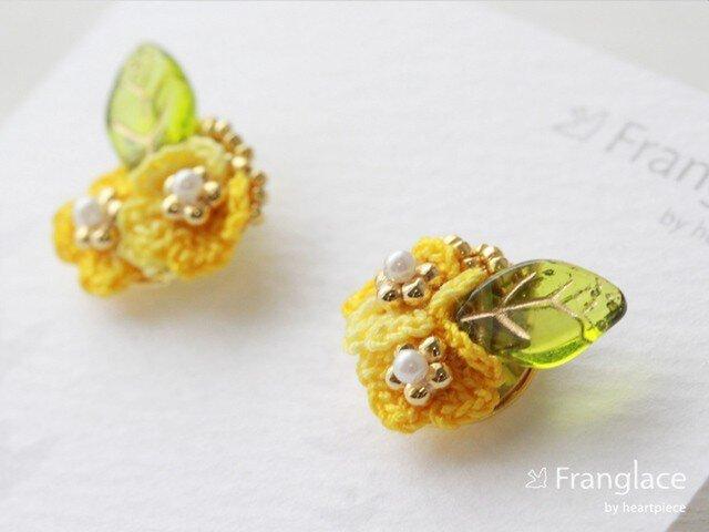 2枚花かさねリーフのピアス(マーブルイエロー)の画像1枚目