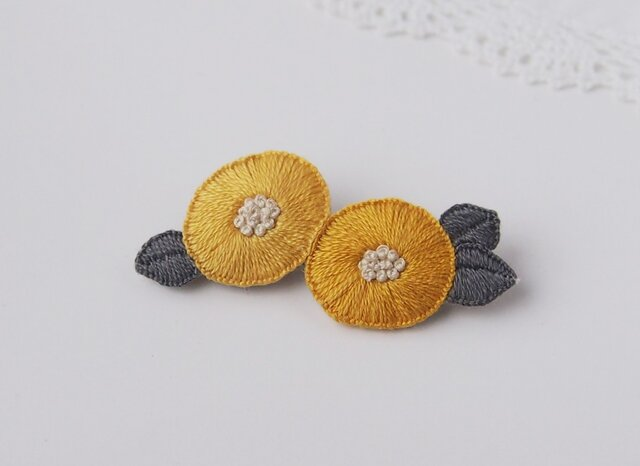 [受注制作]2つのお花の刺繍ブローチ(yellow)の画像1枚目