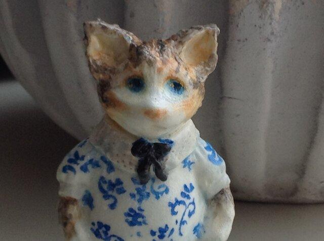 青い花模様の猫の画像1枚目