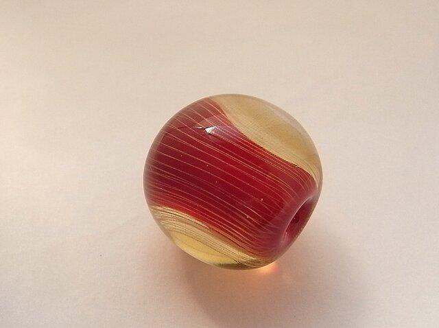 ひだ紋球・りんご・ガラス製・とんぼ玉の画像1枚目