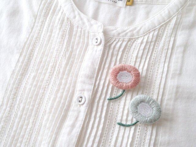 <受注制作>丸いお花の刺繍ブローチ / ベビーブルーの画像1枚目