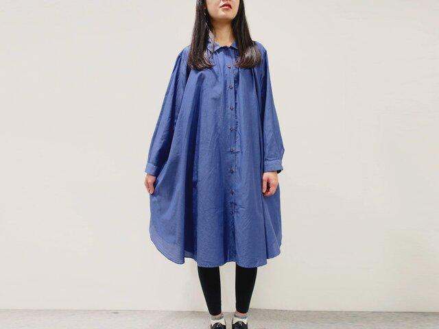 [ボタニカルダイ]コーンフラワー染め 綿シルクのロングシャツワンピース c8411-04001-01の画像1枚目