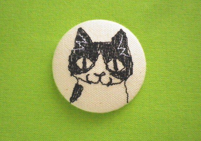 くるみボタンの刺繍ブローチ(はちわれ)の画像1枚目