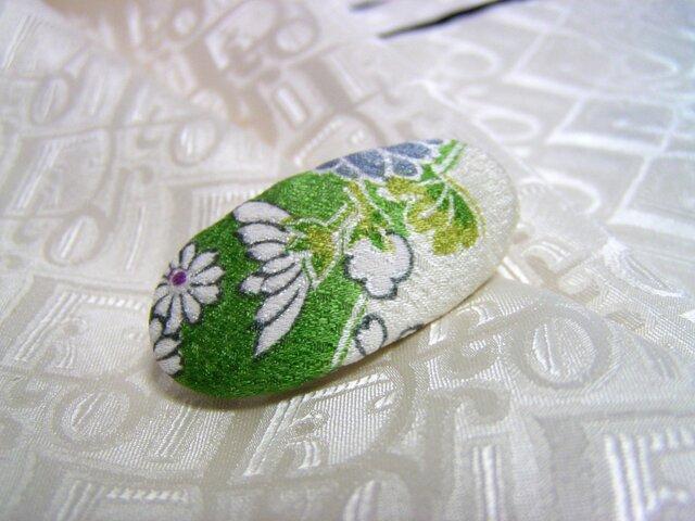 スカーフのアクセントや帯留めに 絹で作りましたの画像1枚目