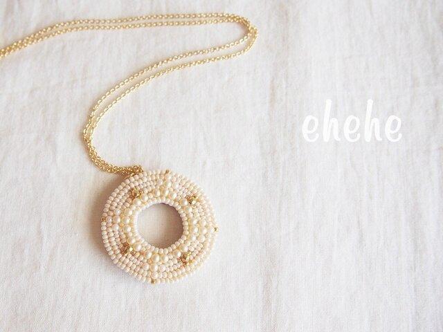 """""""ring""""(pearl×gold)ビーズ刺繍ペンダントの画像1枚目"""