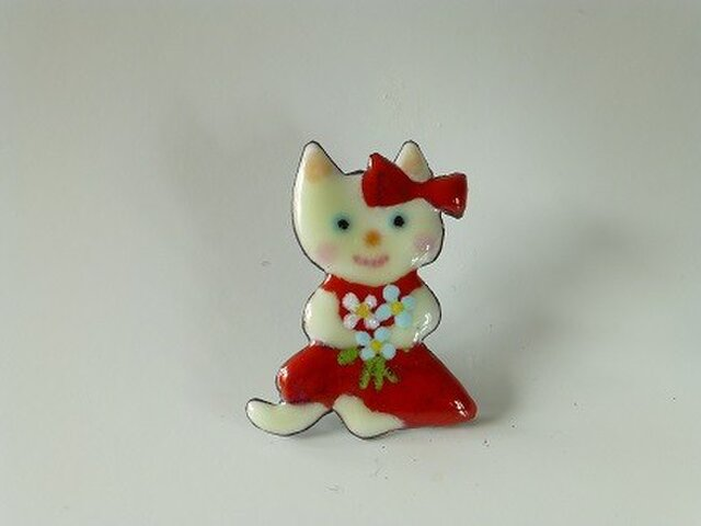 七宝焼きブローチ おめかしした白猫の画像1枚目