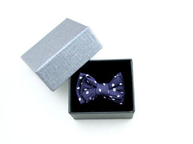 蝶ネクタイのタックピン・紺地に小さなハート柄の画像1枚目
