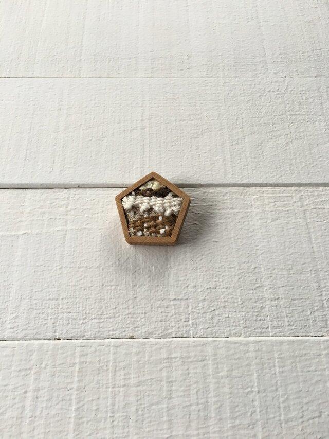 木と裂き織りのブローチ 五角05の画像1枚目