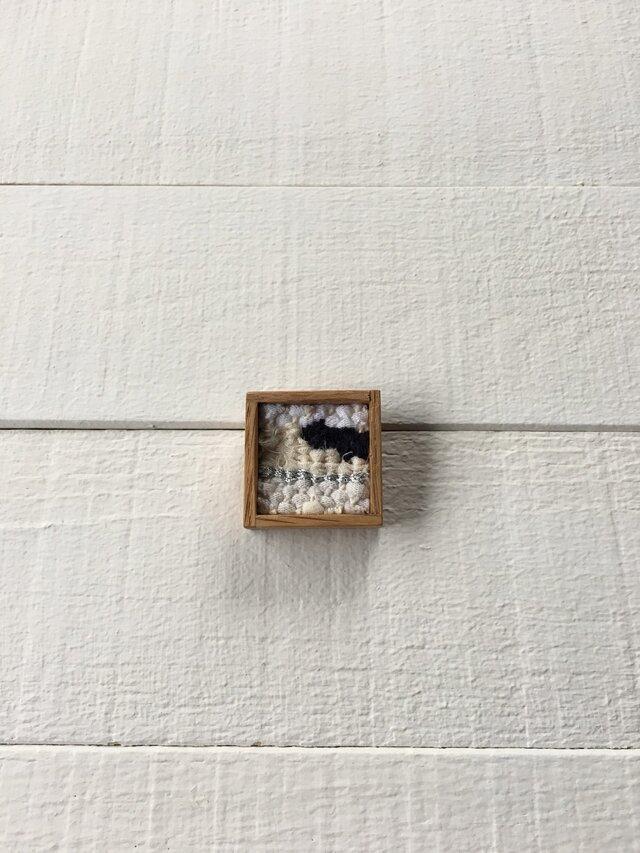 木と裂き織りのブローチ 小10の画像1枚目