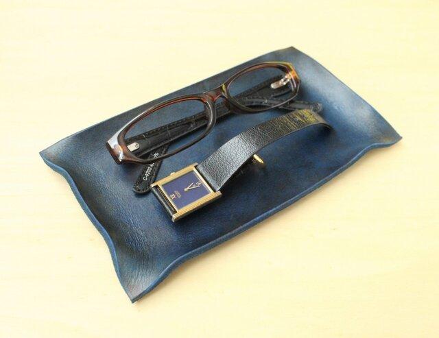 アンティークチックなレザートレイ【名入れ刻印できます】手染め革 濃い青の画像1枚目