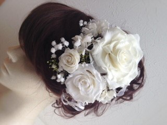 プリザ―ブドフラワー白いローズとアジサイ、カスミソウのホワイトウェディング髪飾りパーツの画像1枚目