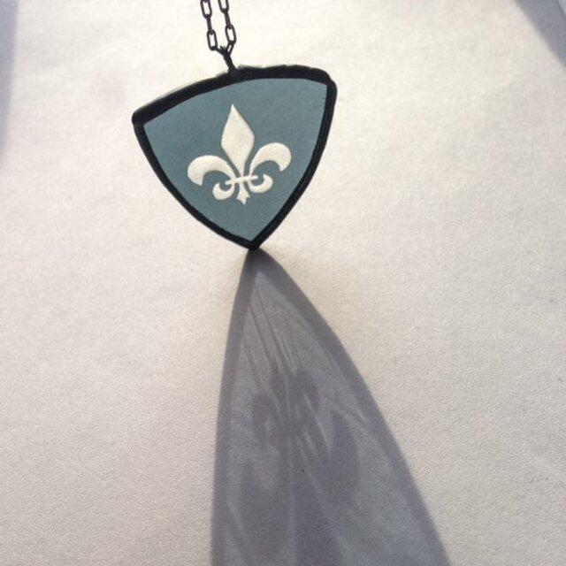 ステンドグラスのサンドブラストネックレス『lily-large-』の画像1枚目