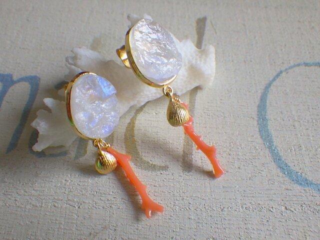 Moonlight Serenade-サルディニア珊瑚とムーンストーンのステートメントピアスの画像1枚目