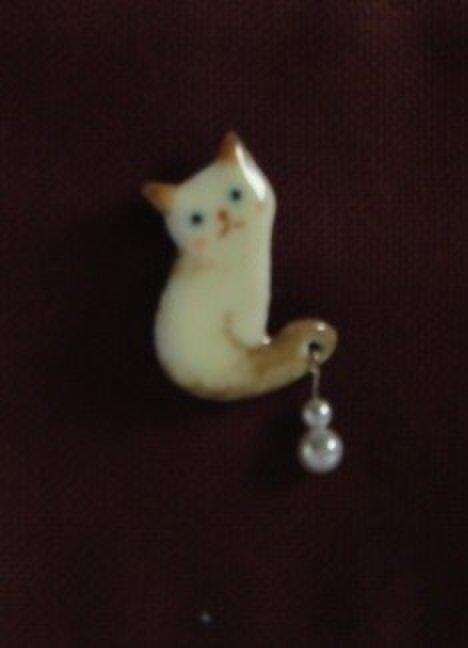 七宝焼きブローチ 名前を呼ばれた白猫の画像1枚目