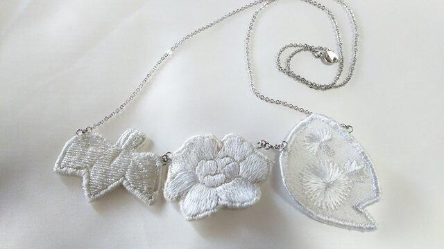 牡丹 菖蒲 アザミの刺繍ネックレスの画像1枚目