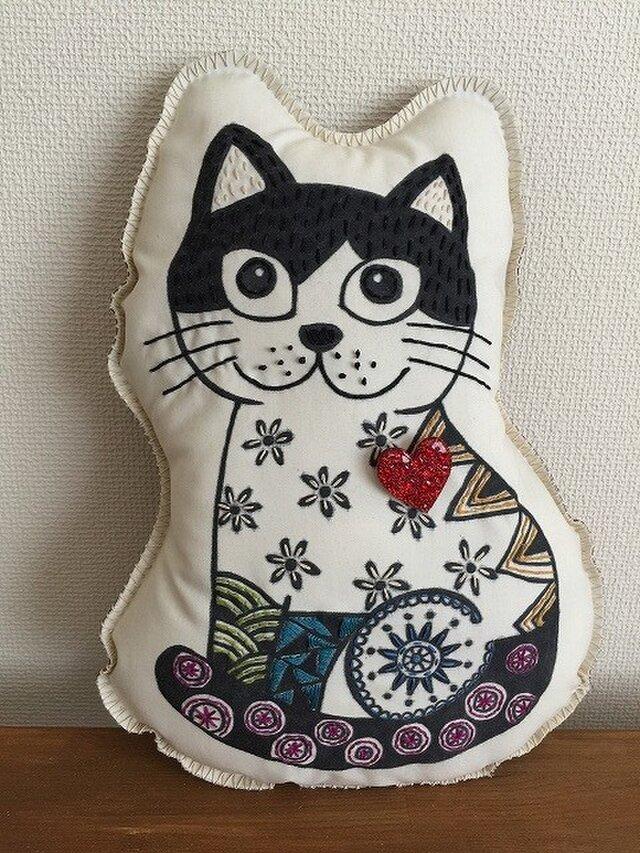 猫のクッションハートのピカピカブローチ付きの画像1枚目