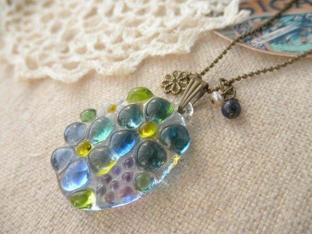 (受注制作)ガラスの小さなお花さんと、ラピスラズリ&淡水パールのネックレス*の画像1枚目