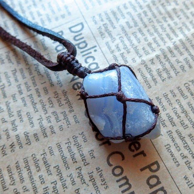 ブルーレース 原石 マクラメ編み 鹿皮レザーコード・ペンダントネックレス  +*ハンドメイド天然石アクセサリーの画像1枚目