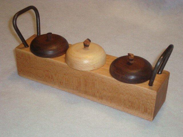 リンゴをモチーフにした、無垢の木アイアン取っ手付きの小物入れの画像1枚目