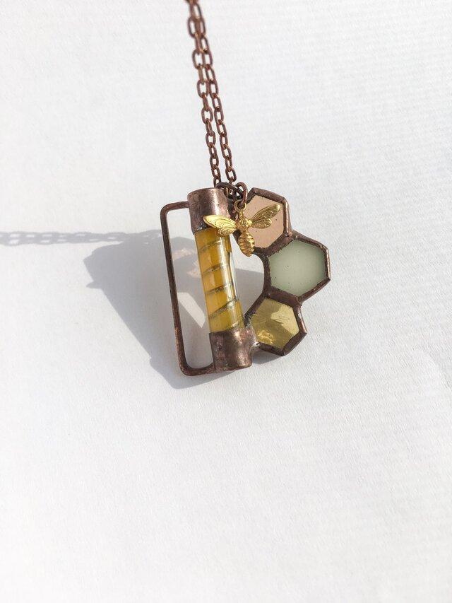 ステンドグラスの蜂蜜分析ネックレスの画像1枚目