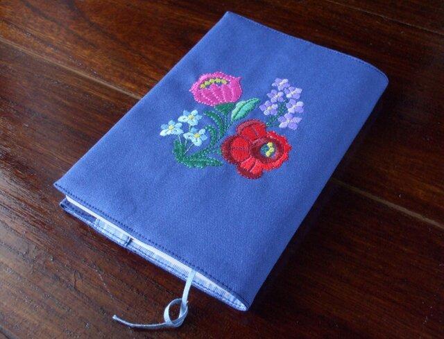 多色花刺繍の文庫本ブックカバー 青の画像1枚目