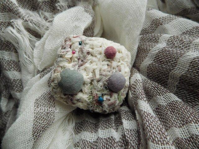 編み玉ブローチ・スモーキーパステルの画像1枚目