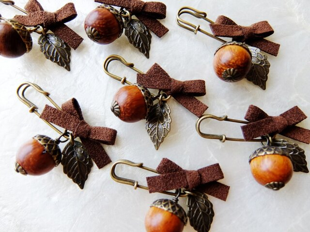 【秋の足音♪】木製どんぐりのミニミニブローチの画像1枚目