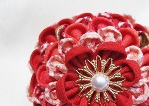 受注製作!つまみ細工♪髪飾り 赤いグラデーションのお花 絞りを添えて #2の画像1枚目