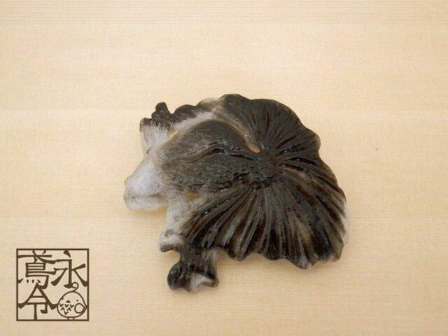 ブローチ 透明に黒色金魚の画像1枚目