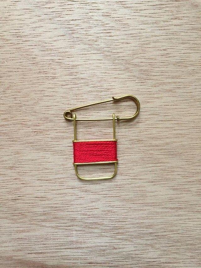 ブラスラインブローチ redの画像1枚目