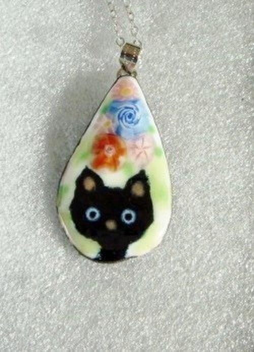 七宝ネックレス 黒猫と花の画像1枚目