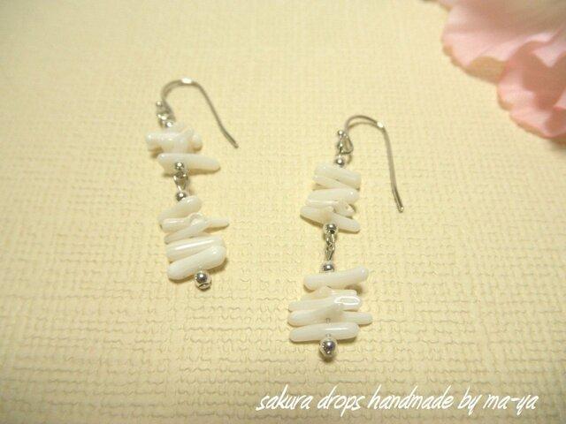 ホワイト珊瑚のピアスの画像1枚目